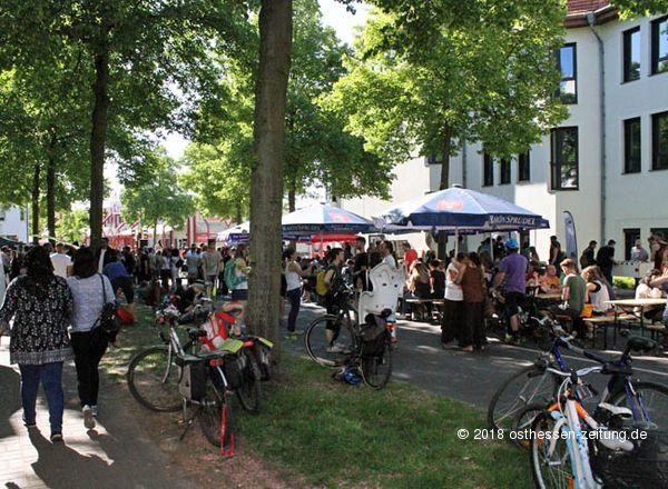 """Großes Wohnzimmer-Straßenfest der Initiative """"Welcome In"""" – Fotos"""