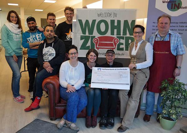 """Spendenübergabe im Wohnzimmer - 500 Euro für """"Welcome In Fulda"""""""